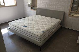 מיטה זוגית עם ראש מיטה